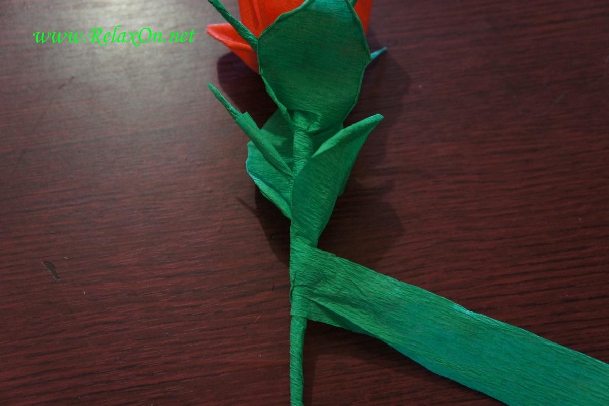 Заканчиваем работу с бумажной розой