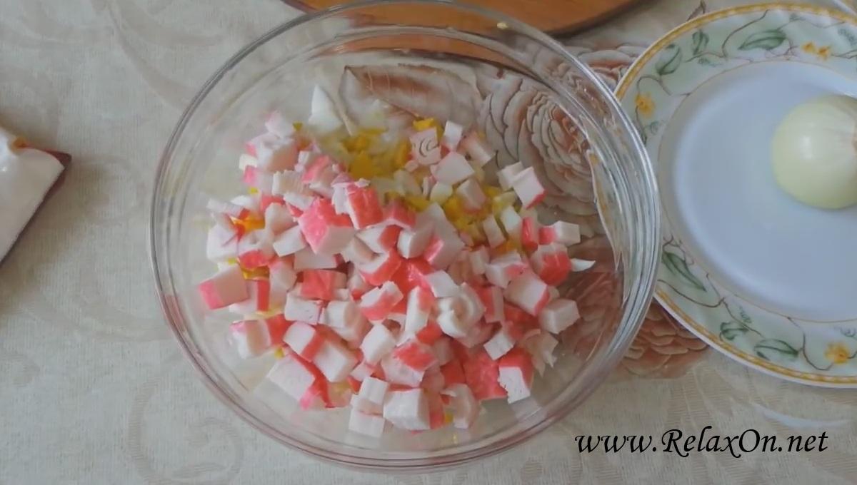 2-Пошаговый рецепт салата с крабовыми палочками и морской капустой