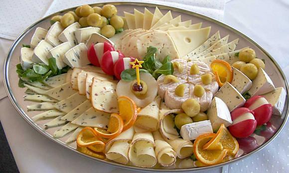 Тарелка с сырной нарезкой